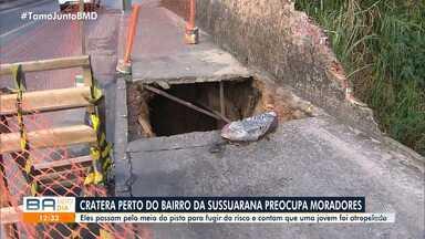 Moradores reclamam de cratera aberta em rua do bairro do Cabula - Pedestres se queixam dos riscos oferecidos pelo buraco.
