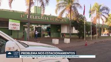 Motoristas reclamam que são ameaçados por flanelinhas - Uma mulher disse que jogaram lixo no carro dela em um estacionamento público, ao lado de um shopping, na área central de Brasília.