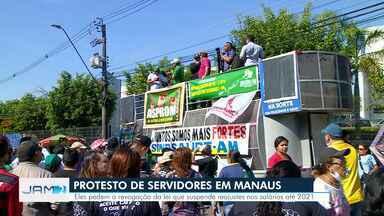 Grupo protesta contra medida que suspende, até 2021, reajustes de servidores públicos - Protesto afeta passagem de veículos na Avenida Brasil.
