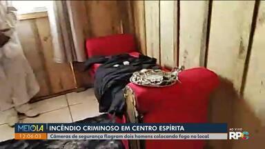 Câmeras de segurança flagram dois homens ateando fogo em um centro espírita em Curitiba - As imagens vão ajudar a polícia a encontrar os homens, que chegam de moto com galões de combustível.