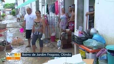 Moradores de Olinda reclamam de terceira enchente em quatro anos - Nível da água baixou nesta quinta (25), mas ainda falta energia em partes da cidade.