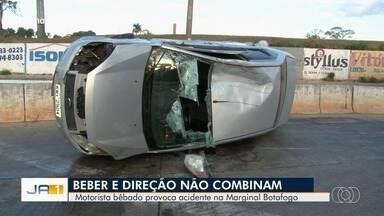 Carro capota na Avenida Goiás Norte e deixa trânsito interditado, em Goiânia - Testemunhas contaram à PM que motorista estava bêbado e perdeu o controle do carro.