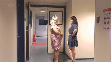 Fabiana Karla brinca com colega nos corredores do estúdio - Confira!