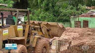 12 pessoas morreram em decorrência de acidentes como deslizamentos de barreiras no Recife - Mais de 1,2 mil pessoas ficaram desalojadas por causa da chuva da quarta-feira (24).