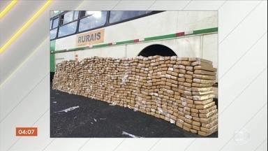 Polícia apreende ônibus com o teto forrado de maconha em Presidente Bernardes, SP - O ônibus fazia o transporte de trabalhadores rurais. O motorista foi preso.