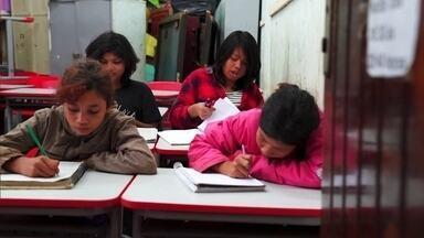 """Aldeia mantém viva a língua Guarani em meio à maior cidade do país - O último episódio da série """"Brasil em outras línguas"""" mostra como a língua indígena é estudada na escola e transmitida de geração para geração"""