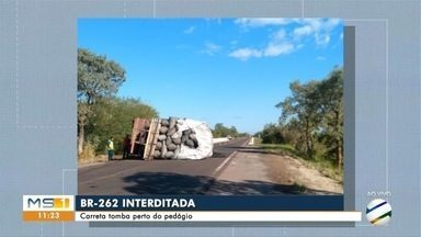 Carreta tomba na BR-262 e deixa trecho da estrada interditado - Acidente ocorreu próximo de praça de pedágio