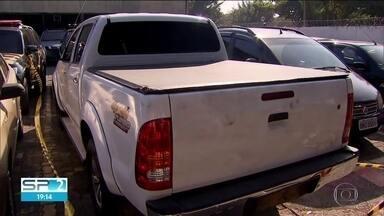 Carros que roubaram terminal de cargas em Cumbica chegaram à Zona Leste sem o ouro - Imagens mostram deslocamento dos criminosos. Policiais passaram o sábado à procura de pistas sobre o grupo que roubou 718 quilos de ouro no aeroporto de Guarulhos.