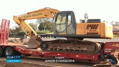 Polícia apreende maquinário em obra pública - Segundo a Polícia, a escavadeira é fruto de um estelionato