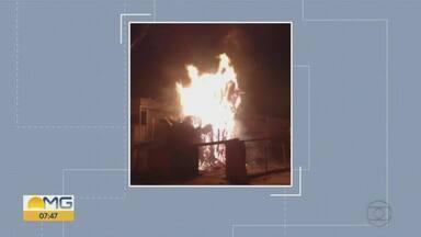 Árvore pega fogo e ameaça imóvel no bairro São Paulo, em BH - Bombeiros tiveram trabalho para combater incêndio.