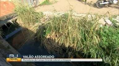 O RJ Móvel começou a semana em Campo Grande - Os moradores cobram a limpeza do valão que corta as ruas Carlos Wernwck e Arcílio Papini