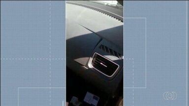 Policiais acham compartimento 'secreto' em carro de suspeita de tráficico de drogas; vídeo - Dona do carro e uma amiga são suspeitas de levar drogas e celulares para os namorados, que estão presos.