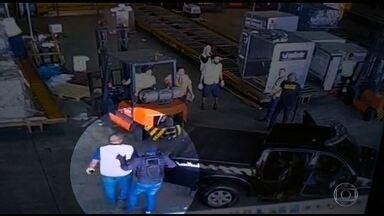 Três pessoas são presas por envolvimento no roubo de ouro, no Aeroporto de Guarulhos (SP) - Uma delas é suspeita de ajudar a quadrilha a trocar a carga de carro durante a fuga.