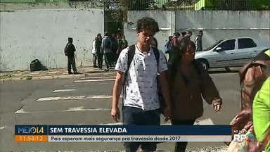 Há dois anos, pais e alunos esperam travessia elevada em frente a colégio em Ponta Grossa - O Meio-Dia Paraná mostrou a situação do Colégio Estadual Presidente Kennedy em abril, mas a situação continua a mesma.