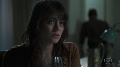 Helena conta a Elias sobre sua conversa com Missade - A psicóloga diz que está se sentindo culpada e que se preocupa com o bem-estar de Missade e Laila. Elias acaba perdendo a paciência com a amada e vai embora