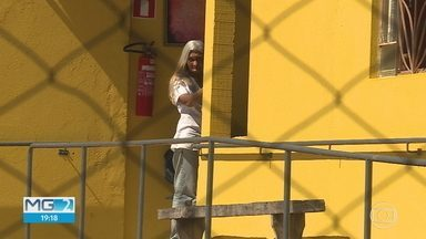 Justiça decreta prisão preventiva de mulher e filha que torturavam idosos - Um cuidador ainda é procurado pela polícia.