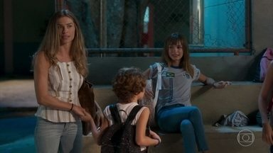 Paloma exige que Gabriela volte para casa e dá bronca nos demais - Michele se diverte vendo o jogo de basquete e zomba de Gabriela