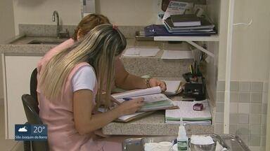 Profissões que mais contrataram no 1º semestre oferecem salários abaixo de R$ 1,7 mil - Em Ribeirão Preto, segundo o Caged, entre cinco profissões, maior salário é pago para técnico em enfermagem, no valor de R$ 1.694,45 por mês. Setor de serviços foi o único que fechou o período com saldo positivo.