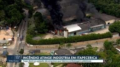 Incêndio destrói parte de indústria em Itapecerica da Serra - Sete viaturas dos bombeiros trabalharam no local pra evitar que tanques com material químico fossem atingidos pelo fogo.