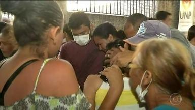 IML de Altamira aguarda profissionais para ajudar a identificar corpos - Parentes dos presos mortos passaram o dia na frente do Instituto de Perícias Científicas à espera do reconhecimento dos corpos. Prisão em Altamira tem policiamento reforçado.