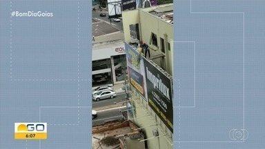 Vídeo mostra homem jogando entulho de cima de prédio no Setor Bueno, em Goiânia - Flagrante foi feito na área que virou depósito de lixo no local.