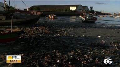 Lixo chama atenção no Centro Pesqueiro de Jaraguá - Problema é constante no local.