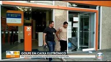 Polícia prende, em flagrante, um homem que aplicava golpe em caixas eletrônicos - Segundo a Polícia Fabiano de Souza filho é faz parte de uma quadrilha que usava um dispositivo no caixa eletrônico, para pegar os envelopes de depósito usados pelos clientes. As investigações continuam, pra prender outros integrantes da quadrilha