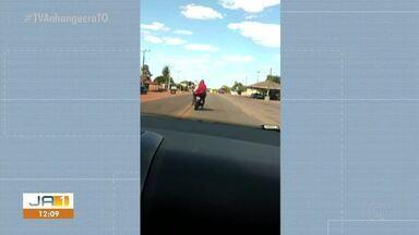 Vídeo flagra homem sendo levado em garupa de motocicleta sem capacete - Vídeo flagra homem sendo levado em garupa de motocicleta sem capacete
