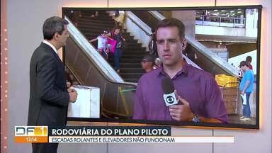 Cadeirante é carregado por policiais porque elevadores não funcionam na Rodoviária - As escadas rolantes e os elevadores da Rodoviária do Plano Piloto não funcionam. Cadeirantes e pessoas com dificuldade de locomoção sofrem.