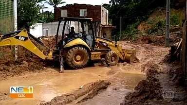 Moradores de área atingida por deslizamento de barreira tentam retomar a rotina - Energia foi religada em Caetés I, em Abreu e Lima, e prefeitura começou retirada da lama da via.
