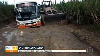 Moradores da zona rural do Cabo enfrentam dificuldades devido à situação de estrada - Ônibus ficou atolado em buraco enlameado nesta semana.