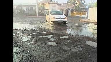 Buracos em asfalto recém trocado indignam moradores de Santa Maria - Muitos buracos abriram ainda mais com as chuvas intensas dos últimos dias.