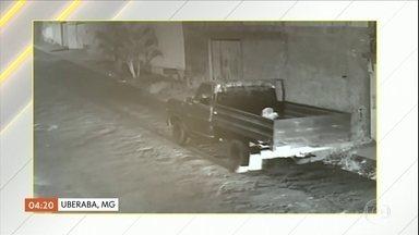 Polícia abre inquérito para investigar a morte de homem espancado em MG - O agressor disse que agrediu a vítima porque elateria mostrado o órgão genital pra sua mulher, na semana passada. Mas, pelas investigações, a Polícia Civil acredita que o homem foi assassinado por engano. O casal está foragido.