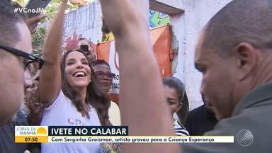 Criança Esperança: Ivete Sangalo e Serginho Groisman visitam escola no Calabar - Fãs se concentraram no local para ver os artistas, que acenaram e soltaram beijos.