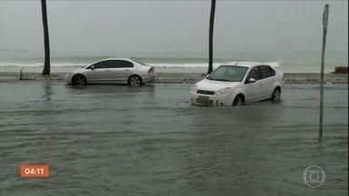 Chuva deixa várias ruas alagadas em Maceió (AL) - As pistas ficaram inundadas e complicaram a vida de motoristas e pedestres.