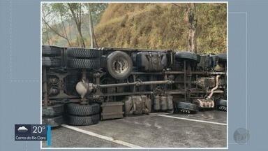 Caminhão tomba na Fernão Dias e congestionamento provoca outro acidente - Caminhão tomba na Fernão Dias e congestionamento provoca outro acidente