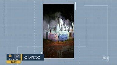 Giro de notícias: Bombeiros são apedrejados durante combate a incêndio em Chapecó - Giro de notícias: Bombeiros são apedrejados durante combate a incêndio em Chapecó