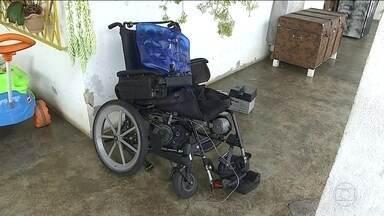 Cadeirante é atropelado em Belo Horizonte - O aposentado, de 53 anos, estava indo para a igreja quando foi atropelado em frente a um centro de saúde. Ele fraturou a bacia e teve vários ferimentos pelo corpo. O motorista do carro fugiu sem prestar socorro.