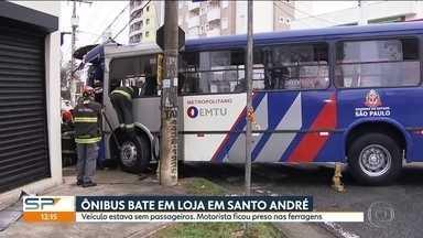 Motorista se machuca em acidente em Santo André - Ele perdeu a direção do ônibus e bateu num poste e numa loja