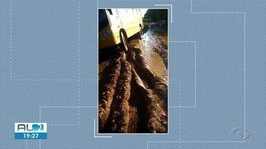 Sem asfalto, ônibus escolares de Atalaia atolam constantemente nas estradas - O Município informou que quando isso acontece os alunos ficam sem aula.