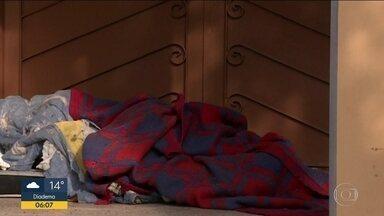 Frio mata duas pessoas na região metropolitana e outras três no interior de SP - Quem mais sofre com o frio, principalmente nesta época do ano de temperaturas baixas, são os moradores de rua. Na madrugada de segunda-feira (5), na região metropolitana, dois homens morreram. No interior foram três mortes.