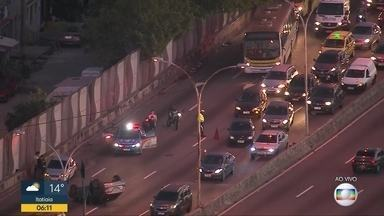 Acidente entre automóveis deixa duas faixas da Linha Vermelha interditadas - Dois carros se envolveram num acidente na Linha Vermelha. Duas faixas de rolamento estão interditadas, deixando o trânsito congestionado.