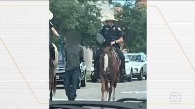 Polícia pede desculpas por ter levado homem algemado e amarrado até a delegacia, nos EUA - Cena, que causou revolta, foi na cidade de Galveston, no Texas. Homem andou oito quarteirões dessa maneira.