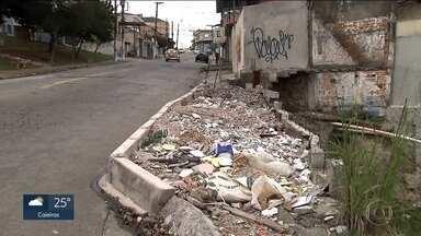 Prefeitura multa moradores da Vila Campo Grande por causa das calçadas - Prefeitura diz que caminho está fora do padrão e dá prazo para reforma.