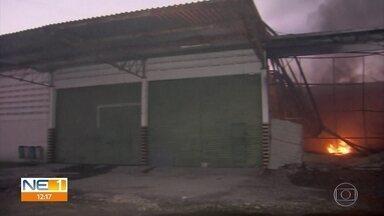 Incêndio destrói galpão de antiga fábrica de macarrão no Recife - Defesa Civil enviou equipe ao local para fazer uma vistoria.