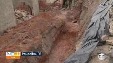 Moradores pedem providências para área onde muro de arrimo cedeu em Paudalho - Parte da Rua Prefeito Berto Cavalcanti, no Alto Dois Unidos, foi levada junto e uma casa em construção foi atingida.