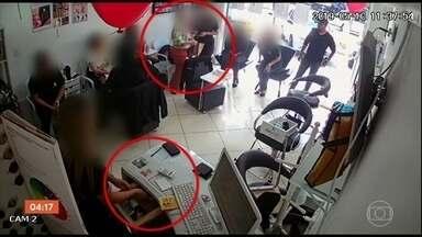 Bandidos que só roubavam salões de beleza são presos no RJ - Os dois assaltantes eram especializados em roubar salões de beleza. Um deles era motorista de aplicativo e fazia as corridas para o crime. O outro, entrava e assaltava os estabelecimentos.