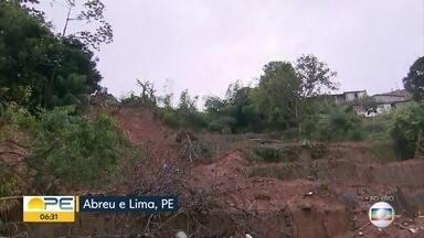 Após deslizamento de barreira que matou 5, moradores de Abreu e Lima vivem incertezas - Eles ainda pedem ações da prefeitura.
