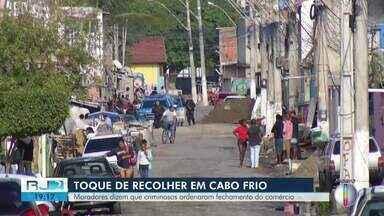 Moradores dizem que bandidos ordenaram fechamento do comércio em comunidade de Cabo Frio - Segundo moradores, toque de recolher é represália a operação Toxicity.
