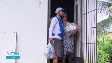 Voluntários entregam doações a vítimas de chuvas em Olinda - Em julho, 12 pessoas morreram no Grande Recife após temporal.